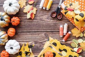 fazendo artesanato de abóbora de halloween foto