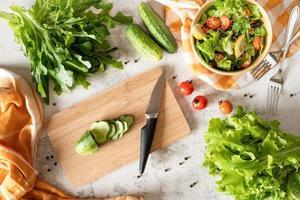 vista superior de fazer salada de vegetais com vegetais orgânicos foto