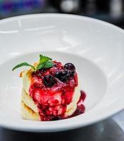 panquecas de queijo cottage com frutas frescas foto