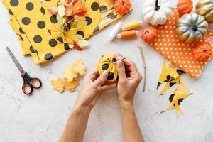 fazendo abóbora têxtil de halloween foto