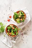 tigela de salada mista de vegetais vista de cima plano foto