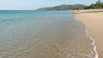 mar de verão em águas claras de dia ensolarado na ilha paradisíaca de phuket. foto