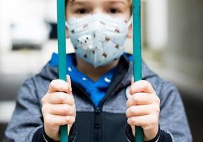 close-up de uma criança durante o bloqueio por coronavírus. foto