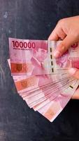 moeda de 100 mil rupias a moeda do estado da indonésia foto