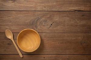 panelas de madeira na vista superior do fundo da textura da mesa de madeira velha escura foto