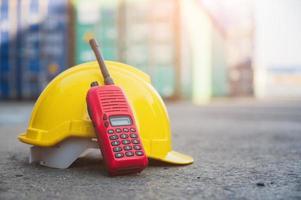 rádio walkie talkie e capacete no chão foto