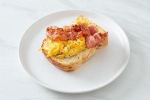 torrada com ovos mexidos e bacon foto