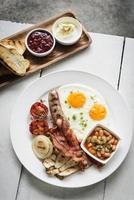 conjunto tradicional de café da manhã inglês completo britânico foto