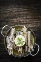 marisco de navalha fresco português cozido no vapor com molho de vinho branco de ervas de alho foto