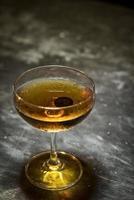 coquetel clássico de uísque de manhattan em bar moderno foto