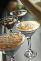serradura famosa tradicional macau portuguesa pudim doce chantilly e bolacha sobremesa foto
