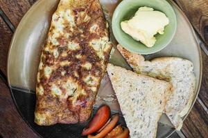 omelete com torradas conjunto de café da manhã simples foto