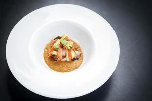 cozinha de fusão gourmet lula recheada com legumes asiáticos em conserva em molho de curry de abóbora foto