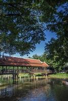 rio no centro de siem colhe a área turística da cidade velha no camboja perto de angkor wat foto