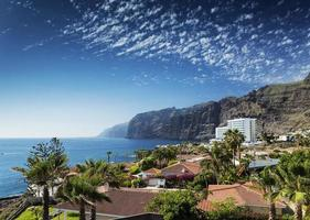los gigantescos penhascos marco natural e resorts na ilha de tenerife sul, espanha foto