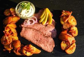 rosbife com batata frita e remoulade foto