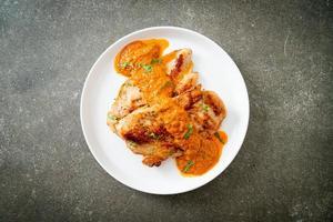 bife de frango grelhado com molho de curry vermelho e arroz foto