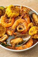 churrasco de frutos do mar picantes - camarões, sqiud, mexilhão foto