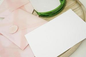 certificados de presente em um envelope rosa. convite de casamento foto