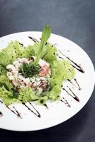 Salada gourmet de coquetel de camarão com aipo de maçã e molho picante de iogurte foto