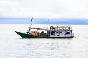 Sorong, Indonésia 2021 - um barco de pesca tradicional foto