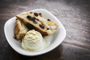 pudim de pão tradicional britânico com sobremesa de sorvete de baunilha foto
