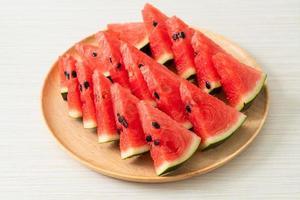 melancia fresca cortada no prato foto