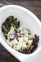 Aipo de maçã fresco gourmet e salada de uva com molho de iogurte foto