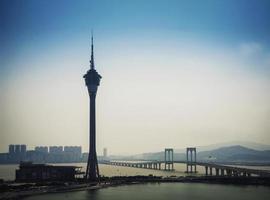 horizonte urbano da torre de macau e ponte da taipa na china de macau foto