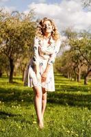 linda jovem no parque na primavera foto