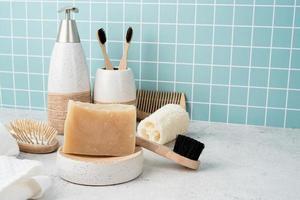 acessórios de banho com escovas de bambu, sabonete artesanal, dispensador foto