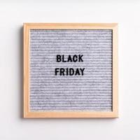 texto preto sexta-feira em quadro de carta cinza em fundo branco foto