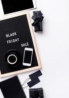 venda de texto preto sexta-feira no quadro de letras preto com uma xícara de café foto