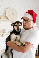 hipster bonito com seu cachorro cozinhando o natal foto