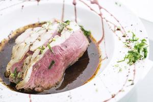 cozinha gourmet raro rosbife em tradicional refeição com molho de molho foto