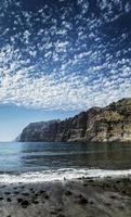 penhascos de los gigantes, famoso marco natural e praia vulcânica de areia preta na ilha de tenerife, espanha do sul foto