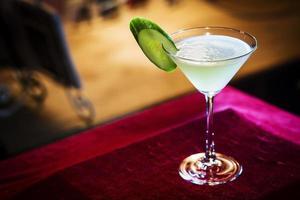 toranja e coquetel de pepino com martini em bar à noite foto