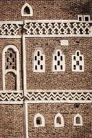 detalhes de projeto de arquitetura tradicional do Iêmen em edifícios históricos da cidade de Sanaa, no Iêmen foto
