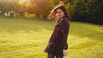 jovem atraente aproveitando o tempo fora no parque foto