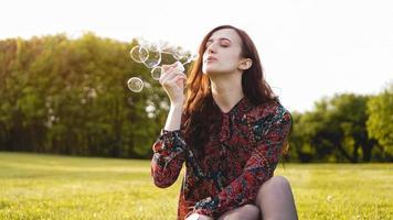 retrato romântico de jovem com balões de sabão. foto