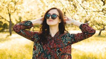 mulher sorridente de verão com óculos escuros foto