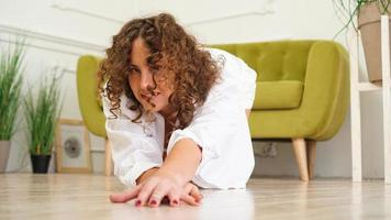 mulher sexy camisa branca no chão de madeira foto