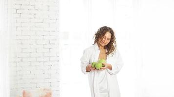 mulher com maçãs. dieta. estilo de vida saudável. foto