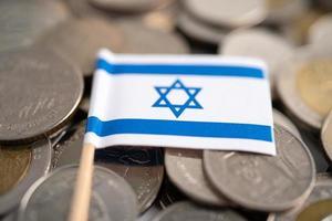 pilha de moedas com a bandeira de israel, conceito de finanças. foto