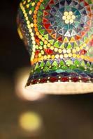 suspensão da lâmpada do mosaico decorativo colorido artístico do teto. foto