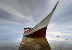 barco de pesca na costa do mar. foto