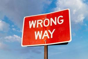 uma placa de rua na direção errada. foto