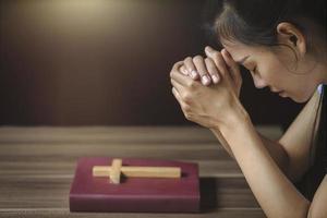 jovem religiosa orando a Deus pela manhã. foto