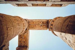 colunas com hieróglifos no templo karnak em luxor, egito. viajar por foto
