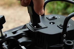 insira o cabo de alimentação no equipamento elétrico. foto